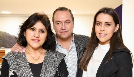 Ruth, Juan Carlos y Alejandra Valle.