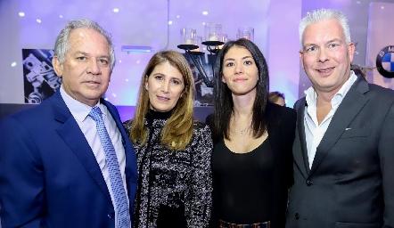 Miguel Torres, Mónica Hernández, Katalina y Alexander.