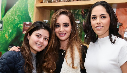 Mariana Ishima, Pamela Barhum y Ana María Villanueva.
