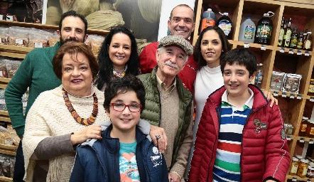 Juan Cuérata y María Villanueva con la familia Herrán.