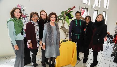 Eleazar Escobar acompañado de las señoras de la Mesa Directiva.