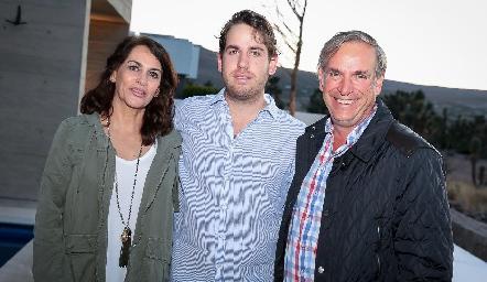 Andrés Aguirre con sus papás Raquel Altamirano y Jesús Aguirre.