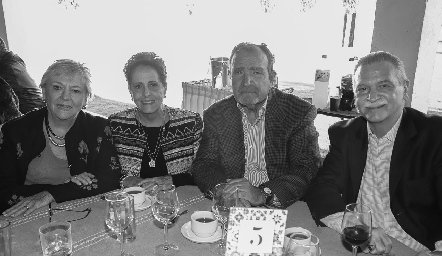 Raquel Bárcena de Abaroa, Lupita García de Bárcena, Carlos Abaroa y Roberto Bárcena.
