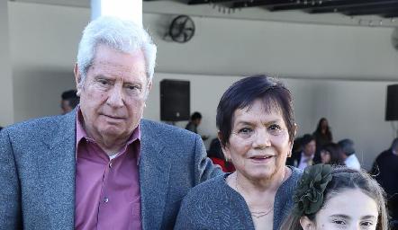 Ricardo y Juanita acompañados de sus nietas Mayte y María Pía.