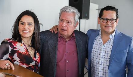 Ricardo acompañado de sus hijos Lupita y Sergio.