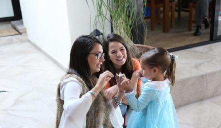 Inés con su mamá y Andrea Hernández.