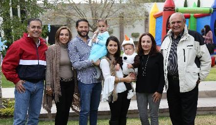 Inés con su hermano, sus papás y abuelos.