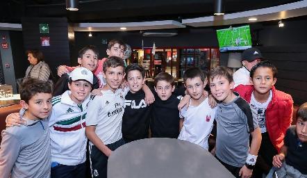 Santi con sus amigos.
