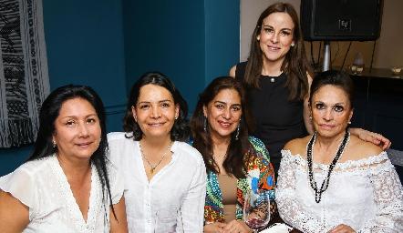 Diana Guel con sus amigas.