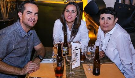 Humberto Manzo, Lourdes Escobar y Cristina Zavala.
