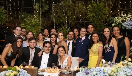 Rodrigo Poumian y Ana Paty Meade con los hermanos y primos del novio.