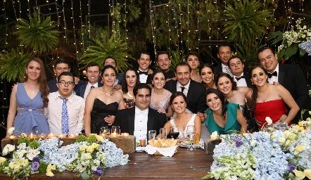 Rodrigo Poumian y Ana Paty Meade con los hermanos y primos de la novia.