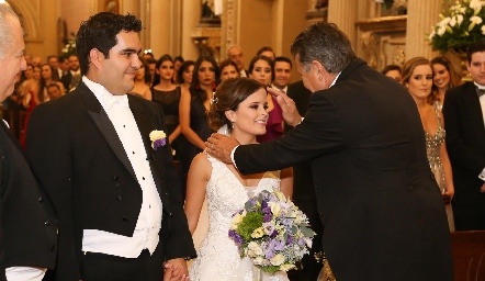 Rodrigo Poumian y Ana Paty Meade recibiendo la bendición de José Alberto Meade.