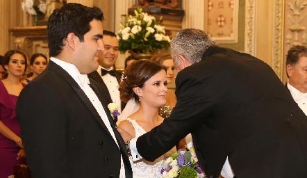 Rodrigo Poumian y Ana Paty Meade recibiendo la bendición de Fulvio Poumian.