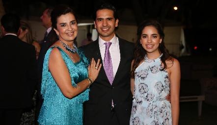 Rosy Vázquez con sus hijos Héctor y Jimena Hernández.