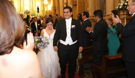 Ana Paty Meade y Rodrigo Poumian saliendo de al Iglesia.