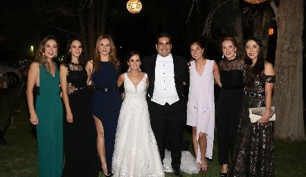 Los novios con las amigas de Ana Paty.