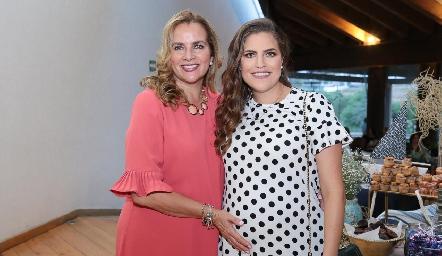 Danitza con su mamá, Patricia del Bosque.