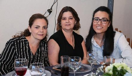 Montserrat y Margaret Lozano con Andrea González.