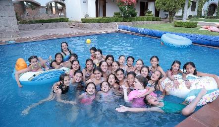 Compañeras de sexto año de primaria del Colegio Del Bosque.