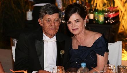 Javier Allende y Pilar Labastida de Allende, papás del novio.