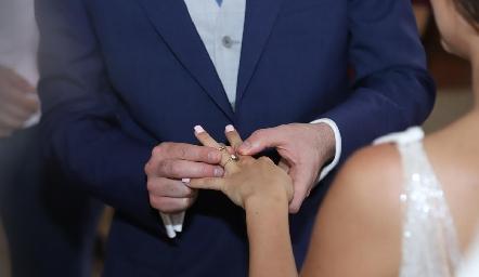 Alejandro colocándole la alianza matrimonial a Claudia.