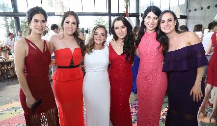 Claudia con sus mejores amigas.