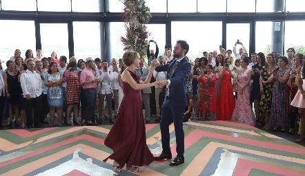 Alejandro bailando con su mamá.