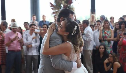 Claudia bailando con su papá Luis Obregón.