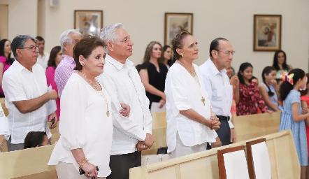 Abuelos de Fernanda acompañándola.