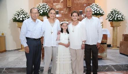 Fernanda con sus abuelos.