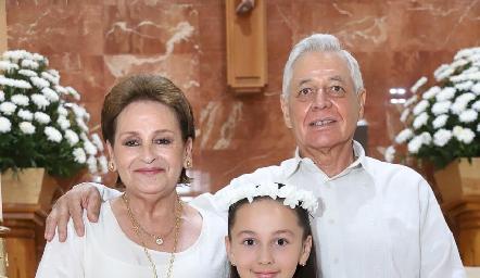 Fernanda con sus abuelos Pilar y Gonzalo Anaya.