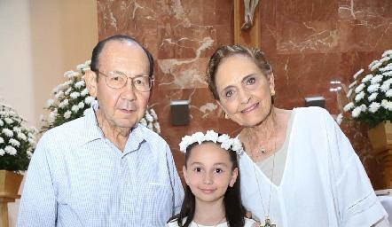 Fernanda con sus abuelos Rafael y Toyita Villalobos.
