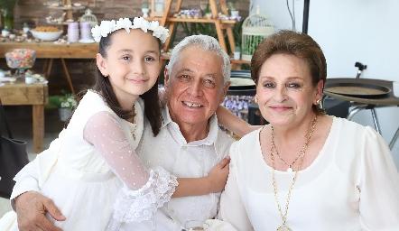 Fernanda con sus abuelos Gonzalo Anaya y María del Pilar Rangel.