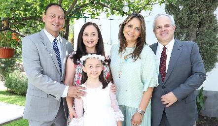 Fernanda con sus papás Juan Carlos Villalobos y Pilar Anaya y sus padrinos Toyita Villalobos y Héctor Dávila.