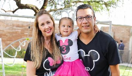 Aline con sus papás Isabelle Goerek y Gerardo González.