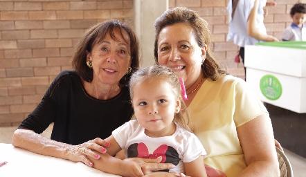 Aline con sus abuelas.