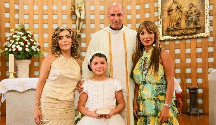 Fernanda Garza Cabanillas con su mamá Carla Cabanillas y madrina Mónica Tame y el Padre.