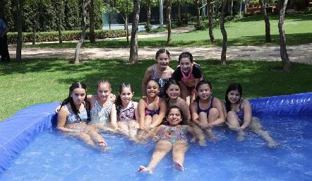 Fernanda con sus amigas.
