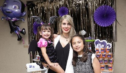 Mariana Berrones con sus hijas Renata y María Emilia.
