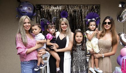 Eli, Mariana y Bárbara con sus hijos.