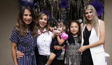 Claudia, Montse, Renata, Emilia y Mariana.