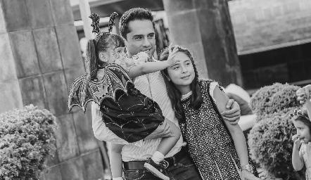 Renata y María Emilia con su papá.