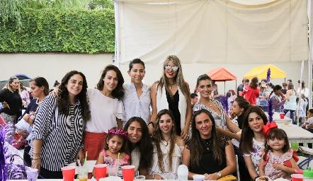 Mariana con sus amigas.