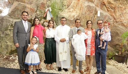 Juan Pablo Ramírez Castelo con sus papás y padrinos.