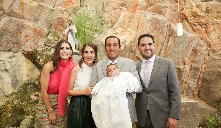 Juan Pablo con sus papás y padrinos.