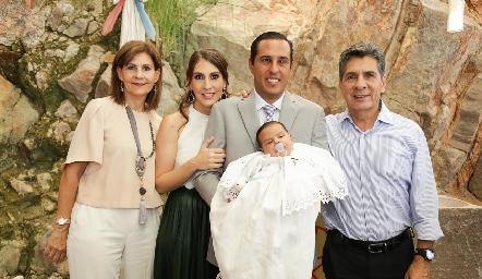 Juan Pablo con sus papás Ceci Castelo y Juan Pablo Ramírez y sus abuelos Luchi y Julio Castelo.