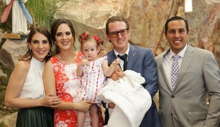 Juan Pablo con sus papás Ceci Castelo y Juan Pablo Ramírez y sus padrinos Ana Gaby Mina con su hija Inés y David Rangel.