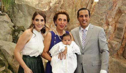 Juan Pablo con sus papás Ceci Castelo y Juan Pablo Ramírez y su abuela Licha Abella.