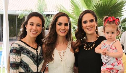 Tere Mancilla, Dani Mina, Ana Gaby Mina y la pequeña Inés.